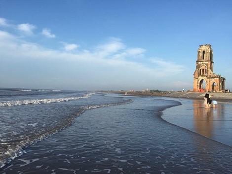 nhà thờ đổ Hải Lý đã bị vây quanh bởi nước biển